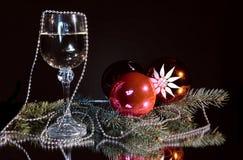 Becher Champagner- und Weihnachtsnoch Leben. Lizenzfreie Stockfotos