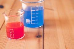 Becher de mesure en verre au laboratoire, concept d'expérience de la Science image stock