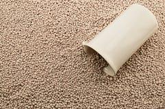 Becher del laboratorio della porcellana sui fertilizzanti minerali Immagine Stock