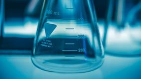 Becher della prova nel laboratorio di scienza fotografia stock libera da diritti