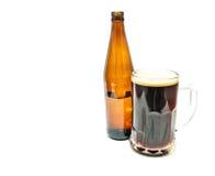 Becher der Nahaufnahme des dunklen Bieres stockbild