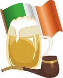 Becher des Bieres, des Rohres und der irischen Flagge Lizenzfreie Stockfotos