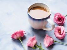 Becher des Kaffees und der rosa Blumenkarte Stockfoto