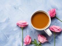 Becher des Kaffees und der rosa Blumenkarte Stockbild