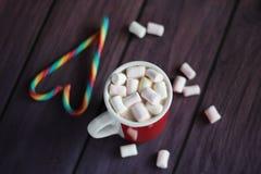 Becher gefüllt mit heißer Schokolade und Eibischen Stockbilder