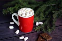 Becher gefüllt mit heißer Schokolade und Eibischen Stockbild