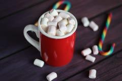 Becher gefüllt mit heißer Schokolade und Eibischen Stockfotografie