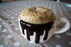 Becher gefüllt mit Kaffee Lizenzfreie Stockfotos