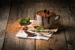 Becher heiße Schokolade stockfotografie