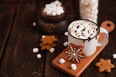 Becher heiße Schokolade oder Kakao mit Weihnachtsplätzchen und marsmal Lizenzfreie Stockfotografie
