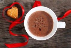 Becher heiße Schokolade oder Kakao mit Plätzchen Stockfotografie