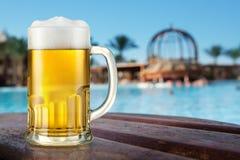 Becher helles eisiges Bier im Freien Stockbilder