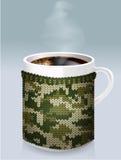 Becher Kaffee in den Männern Stockbild