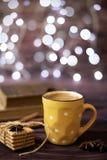 Becher Kaffee, Plätzchen, Sternanis, Zimt, alte Bücher Unscharfe Lichter, hölzerner Hintergrund Winterzeit, rustikaler Hintergrun Lizenzfreies Stockbild