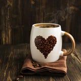 Becher Kaffee und Bohnen Stockfoto