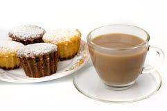 Becher Kaffee und kleine Kuchen Lizenzfreie Stockfotos