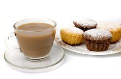 Becher Kaffee und kleine Kuchen Stockfotos