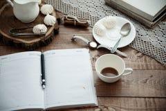 Becher Kaffee und Meringe Lizenzfreie Stockbilder