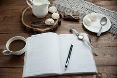Becher Kaffee und Meringe Stockfotografie