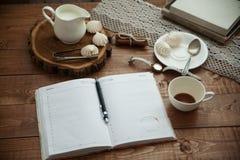 Becher Kaffee und Meringe Stockfotos