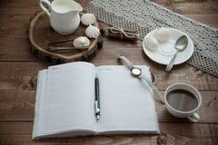 Becher Kaffee und Meringe Lizenzfreie Stockfotos