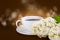 Becher Kaffee und weiße Blumen Stockfoto