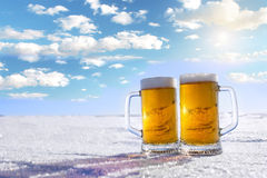 Becher kaltes Bier Lizenzfreie Stockfotos