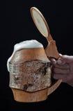 Becher mit Bier und Schaum stockbilder