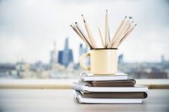 Becher mit Bleistiften Stockfoto