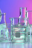 Becher mit Fuild auf Labortabelle stockbild