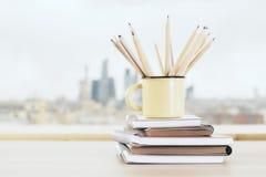 Becher mit hölzernen Bleistiften Lizenzfreie Stockbilder