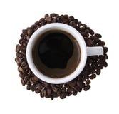 Becher mit Kaffee und Körnern Lizenzfreies Stockfoto