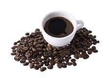 Becher mit Kaffee und Körnern Stockfotos