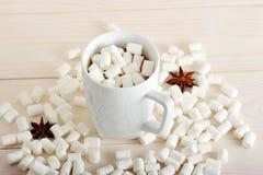 Becher mit Kakao und Eibische und Anis lizenzfreie stockbilder