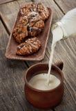 Becher mit Milch Stockfotos