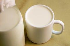 Becher mit Milch stockfoto