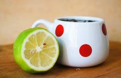 Becher mit Tee und Kalk Stockfoto
