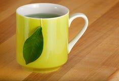Becher organischer grüner Tee Lizenzfreie Stockfotos