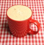 Becher schaumiger Kaffee Lizenzfreies Stockbild
