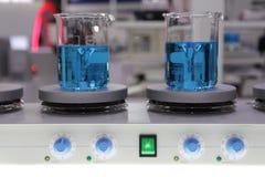 Becher sul mescolatore magnetico fotografia stock