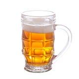 Becher voll Bier getrennt auf Weiß Lizenzfreies Stockbild