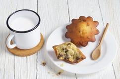 Becher von Milch und von Muffin mit Rosinen stockfoto
