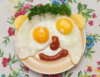 Becher von zwei Eiern mit Käse, Soße und Petersilie Lizenzfreies Stockbild