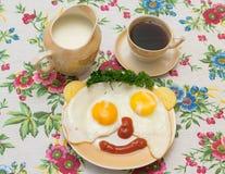 Becher von zwei Eiern mit Kaffee und Milch Stockfotos
