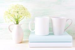 Bechermodell des weißen Kaffees und des Latte mit wilden Blumen stockfoto