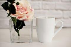 Bechermodell Kaffeetasseschablone Kaffeetasse-Druckdesign-Schablone Weißes Bechermodell Unbelegter Becher Modell redete Vorrat an Stockbilder
