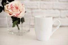 Bechermodell Kaffeetasseschablone Kaffeetasse-Druckdesign-Schablone Weißes Bechermodell Unbelegter Becher Modell redete Vorrat an Stockfotos