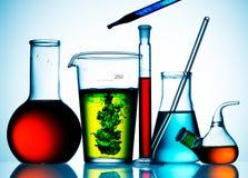 Bechers et liquides en verre de laboratoire photos stock