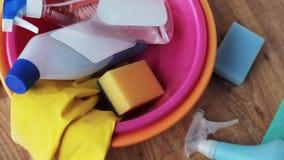 Becken mit Reinigungsmaterial auf Bretterboden stock video