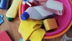 Becken mit Reinigungsmaterial auf Bretterboden stock video footage